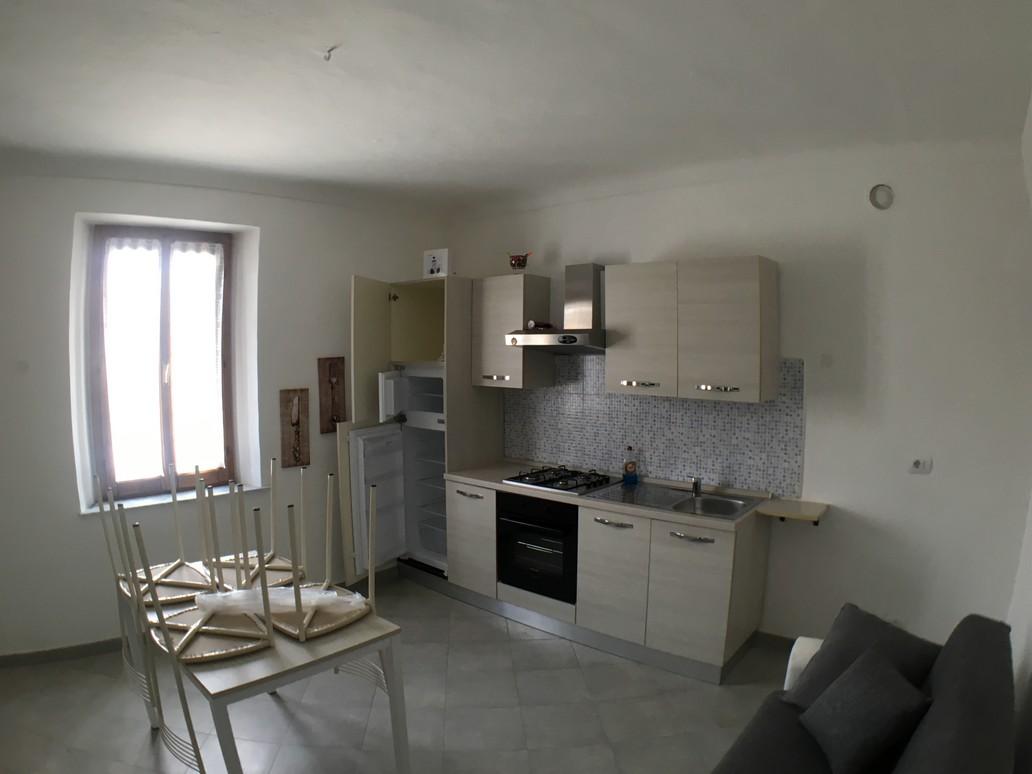 Vendesi bilocale ristrutturato ed ammobiliato con balcone a Pertengo – Vercelli