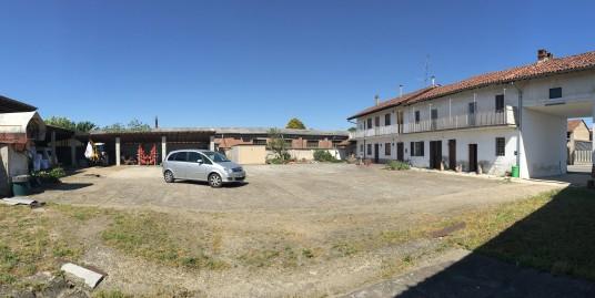 Vendesi a Palestro (PV) ampio cascinale con cortile e tettoie