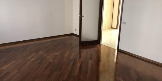 Vendesi a Vercelli in palazzina, 3 camere e ampio salone. Grande Autorimessa.