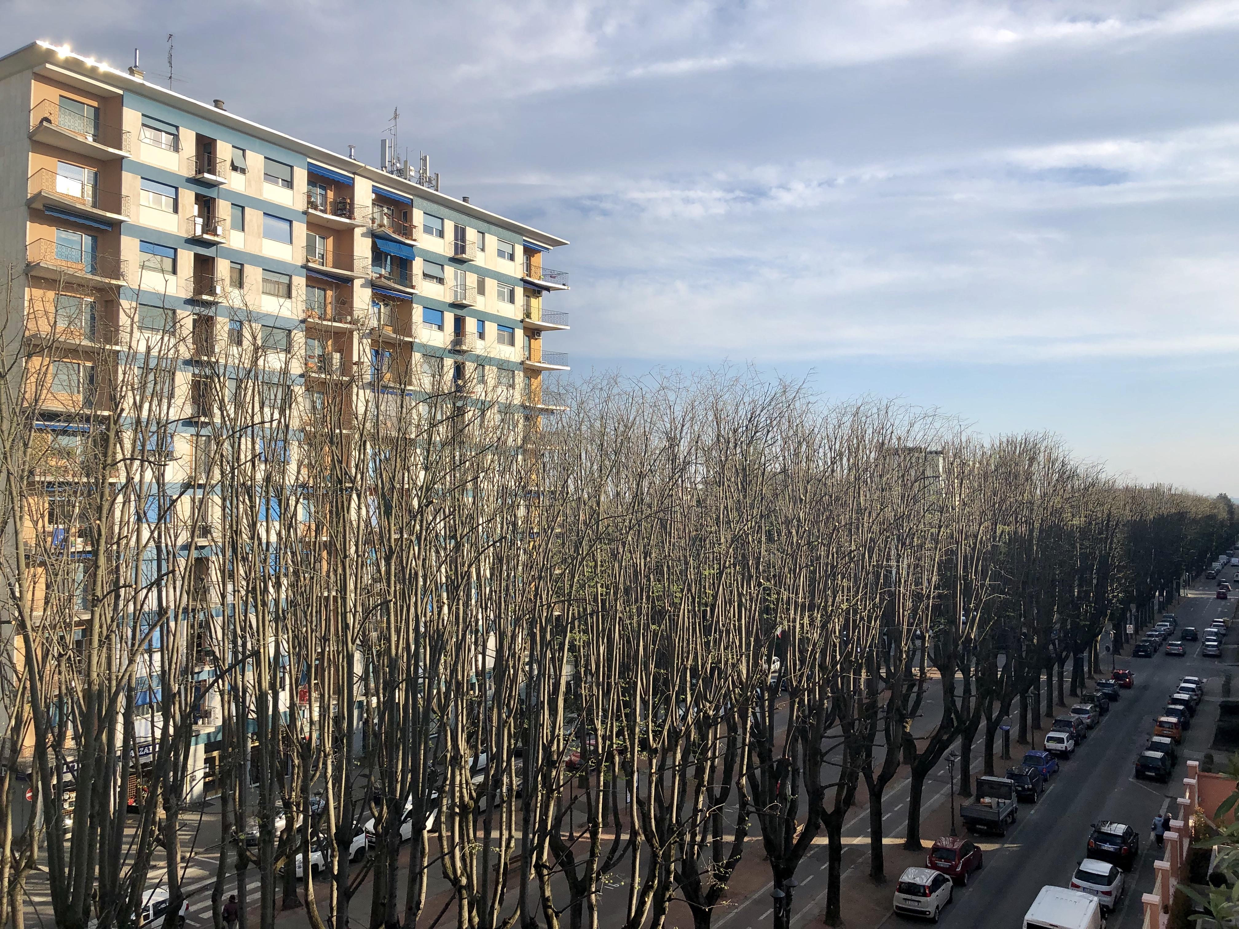 Vendesi alloggio con cinque camere, doppi servizi e BOX a Vercelli